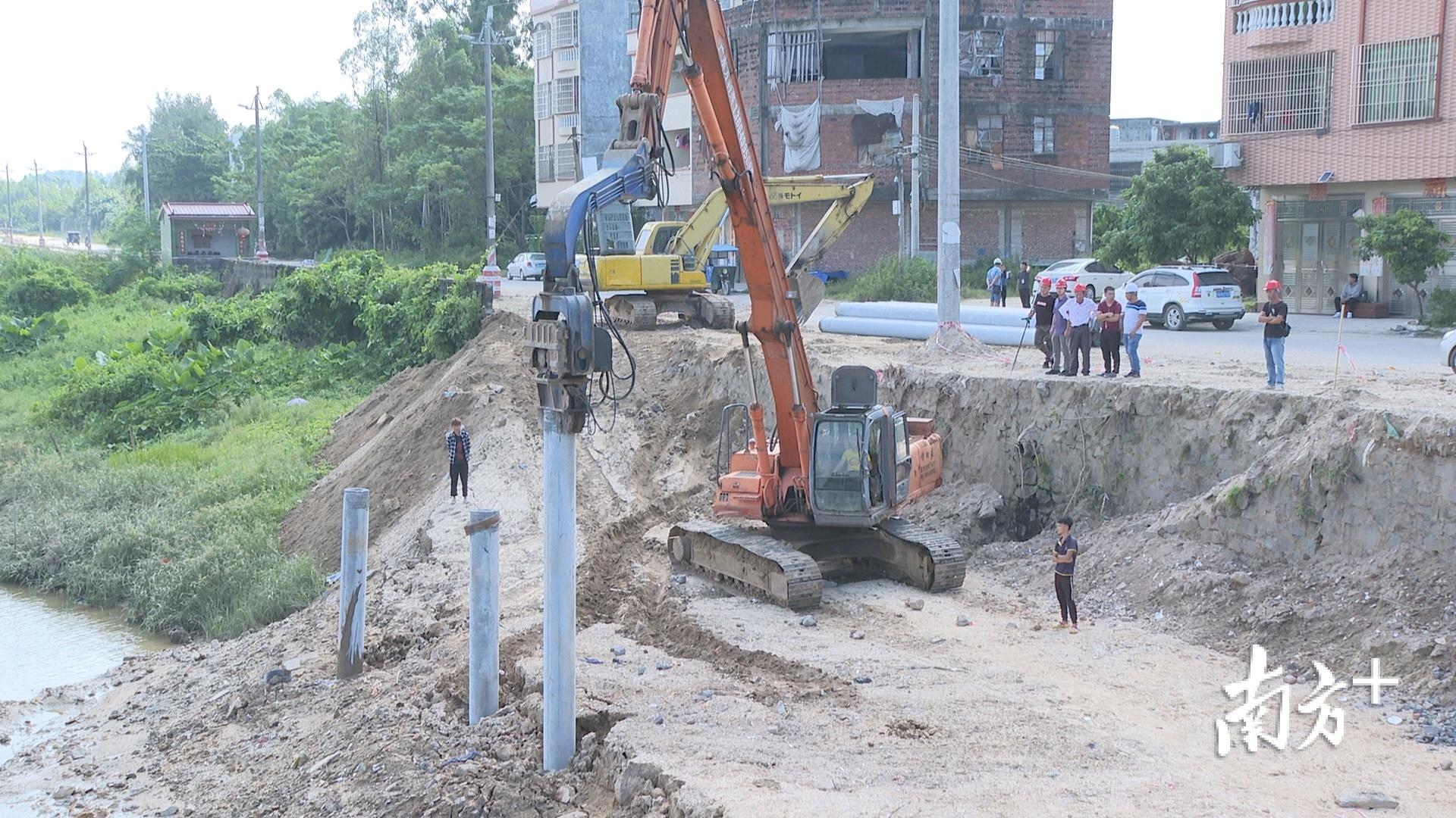 """丹江碧道总体提升建设项目属于阳西县重点项目大干120天项目之一,是丹江(织篢)万里碧道示范段项目的提升工程。""""我们在""""大干120天""""领导小组的领导下,针对这个项目水务局成立了碧道工程的领导小组,建好这个项目,第一可以对织篢河沿岸居民提供一个休闲娱乐的场所,还有对整个县打造一个景观提升作用,提高我们县的人民生活的幸福感。""""县水务局相关负责人表示,项目充分结合堤围工程和织篢河""""一河两岸""""现状进行规划设计,尽量结合现有生态,因地制宜地建设碧道,优化两岸防洪堤景观。"""